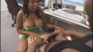 Voluptuous ebony strumpet Kandi Kream works on BBC with her booty